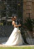 Bräutigam- und Brautumarmung Lizenzfreie Stockfotos