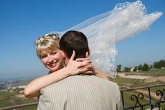 Bräutigam- und Brautumfassung im Freien Stockfoto