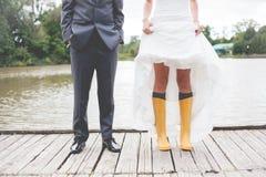 Bräutigam und die Braut mit einem Fahrrad Stockbild
