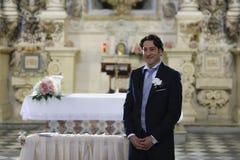 Bräutigam wartet auf die Braut am Kirchenaltar Lizenzfreies Stockfoto