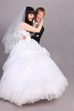 Bräutigamabstiege auf Fußbodenbraut im Studio Stockbild
