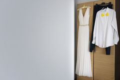 Bräutigamkostüm und Hochzeitskleid lizenzfreie stockfotos