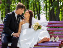 Bräutigamumarmungsbraut im Freien Stockfotografie