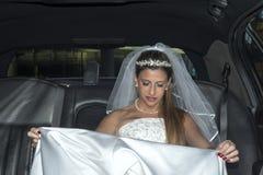 Bräutliche blonde Frau auf Limousine Lizenzfreie Stockfotografie
