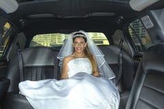 Bräutliche blonde Frau auf Limousine Stockfoto