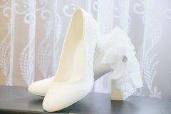 Bräutliche weiße Schuhe Weiße Hochzeitsschuhe lizenzfreies stockbild