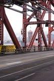 Bråckband av den röda metallBroadway bron och ner stad av Portland på Arkivbilder