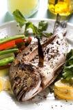 Brème rôtie de valeur de premier ordre-tête avec des légumes Photo stock