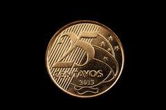 Brésilien pièce de monnaie de 25 centavos d'isolement sur un fond noir Photo stock