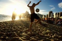 Brésiliens de Carioca jouant le football de plage d'Altinho Futebol Images stock