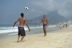 Brésiliens jouant le football Rio de Janeiro Brazil de plage d'Altinho Photographie stock libre de droits
