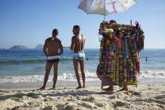 Brésiliens prenant un bain de soleil la plage Rio de Janeiro d'Ipanema Photo libre de droits