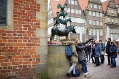 BRÊME, ALLEMAGNE - 23 MARS 2016 : Touristes prenant des photos de lui-même par la statue célèbre au centre de Brême, connu sous l Photographie stock