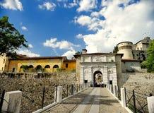 BRÍXIA, ITÁLIA - 15 DE MAIO DE 2017: Castelo no monte Chidneo Cidneo no nordeste do centro histórico de Bríxia Italy fotos de stock royalty free