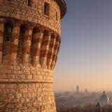 Bríxia no por do sol, a probabilidade sobre a cidade do castelo fotos de stock