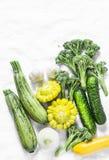 Brócolis, abobrinha, polpa, alho, pepinos - vegetais orgânicos frescos em um fundo claro, vista superior Configuração lisa Fotografia de Stock Royalty Free