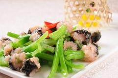 Brócolis chineses sauteed com camarões triturados imagem de stock royalty free