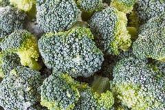 Brócolis congelados com os cristais de gelo no fundo branco foto de stock