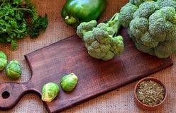 Brócolis, couve-de-bruxelas e pepperson que uma cozinha embarca Foto de Stock