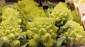 Brócolis de Romanesco na prateleira de loja video estoque