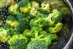 Brócolis em uma peneira imagens de stock royalty free