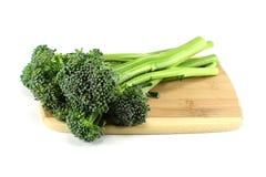 Brócolis em uma placa de corte Imagens de Stock Royalty Free