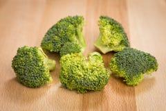 Brócolis frescos em uma placa de corte Fotos de Stock