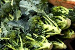 Brócolis frescos vendidos em um mercado fotografia de stock