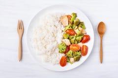 Brócolis fritados com tomates, galinha e arroz cozinhado Imagem de Stock Royalty Free