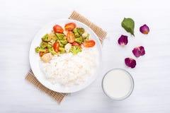 Brócolis fritados com tomates, galinha e arroz cozinhado Fotos de Stock