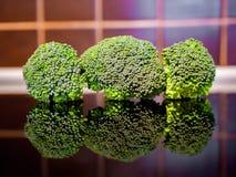 Brócolis na mesa de cozinha imagem de stock