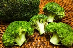 Brócolis na placa de corte de madeira Imagens de Stock Royalty Free
