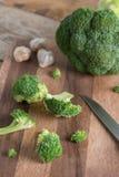 Brócolis na placa de corte de madeira Fotografia de Stock
