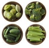 Brócolis, pepino, aipo e polpa na bacia de madeira Imagem de Stock