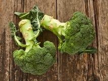 Brócolis que descansam em uma tabela velha Foto de Stock