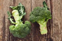 Brócolis que descansam em uma tabela velha Imagens de Stock Royalty Free