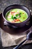 Brócolis uma sopa do creme do caranguejo em uma bacia foto de stock royalty free