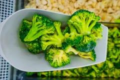 Brócolis verdes congelados na espátula fotos de stock royalty free