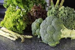 Brócolis verdes frescos com alface em uma tabela Foto de Stock