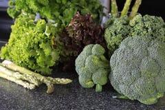 Brócolis verdes frescos com alface em uma tabela Imagem de Stock