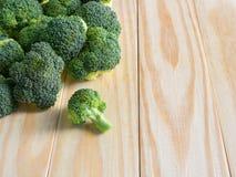 Brócolis verdes frescos no fundo de madeira Fotos de Stock Royalty Free