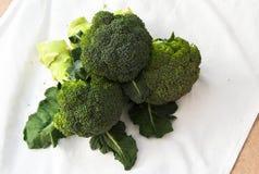 Brócolis verdes na esteira Foto de Stock