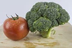 Brócolos e tomate imagem de stock