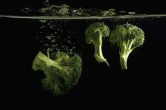 Brócolos na água Fotografia de Stock Royalty Free
