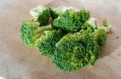 Brócolos na placa de madeira Fotos de Stock Royalty Free
