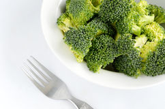 Brócolos no prato isolado no branco Fotografia de Stock Royalty Free