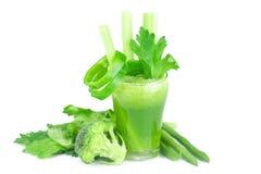 Brócolos, pimenta, aipo e vidro com suco do aipo Foto de Stock