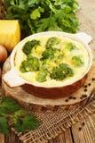 Bróculi cocido con queso y huevos Imagen de archivo libre de regalías