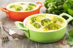 Bróculi cocido con queso y huevos Imagenes de archivo