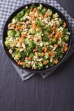 Bróculi con la opinión superior vertical de los cacahuetes y de las zanahorias Imagen de archivo